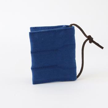 模様を、プリントではなく11号(薄物)と6号(厚物)、2種類の厚みの違う帆布を組み褪せることで、温かく素朴な風合いを生み出しました。もっこりと丸みを帯びた見た目に、思わず本当の防寒具としても使っちゃいそうですよ。