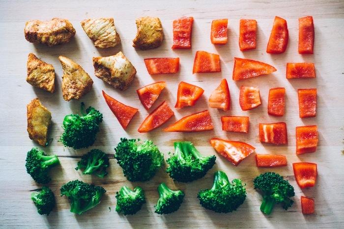 野菜の皮は、外の刺激から守り、みずみずしさを逃さない様に外側の組織に栄養を集めています。種は生命力の基点、ヘタは成長点という重要な役割を持っているため、様々な栄養分が含まれているのです。