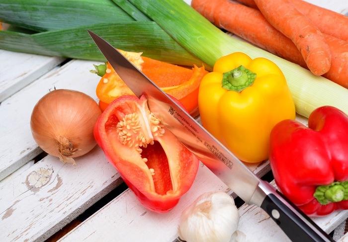 ベジブロスは、5種類以上の野菜のくずを使うと、それぞれの野菜が持つうまみの相乗効果で、より美味しく仕上がるそう。豊富な栄養素を煮出すために、野菜くずの色を片寄らせないことが大切です。  ●長ネギの青い部分 (緑) ●タマネギの皮 (黄色) ●セロリ(白) ●ピーマン・トマトのヘタ (赤・緑・黄色) ●ニンジンのヘタ (オレンジ) ・・・などが人気です。