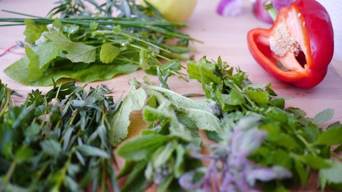 野菜や果物のくずや切れ端が必要量に満たない場合は、昆布やにぼし、しいたけなどのだしを作る時の材料や、ローリエ・にんにくなどのお家のハーブを入れてみてはいかがですか。お家でしか味わえない栄養だしが完成しますよ。