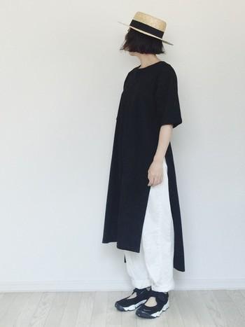 カジュアルなロングTシャツとホワイトのパンツでシックなコーディネート。日常着として買ったアイテムも合わせ方で素敵に変身します。