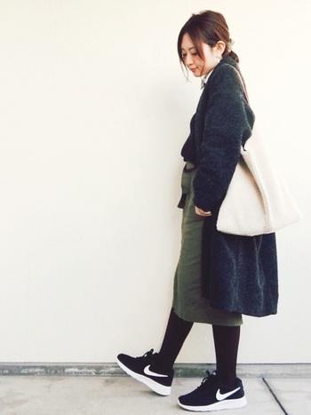 チェスターコートにカーキスカートをあわせたコーディネート。チェスターコートはフォーマルコートの代表でもあるので、スニーカーと合わせても自然なきちんと感を演出してくれます。