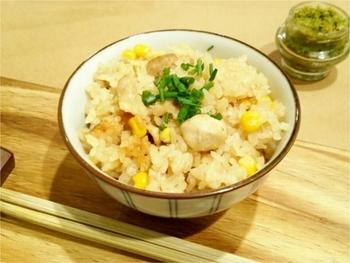 ベジブロスの黄金のスープがご飯を優しい色と風味で包んだ、鶏肉とコーンの炊き込みご飯。毎日の食生活に取り入れやすく、ご飯が一層おいしくなります。