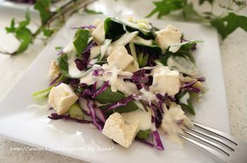 塩麹豆腐はサラダにもぴったり!ゴルゴンゾーラとヨーグルトドレッシングは電子レンジでお手軽に♪塩麹豆腐で栄養満点サラダの完成です。