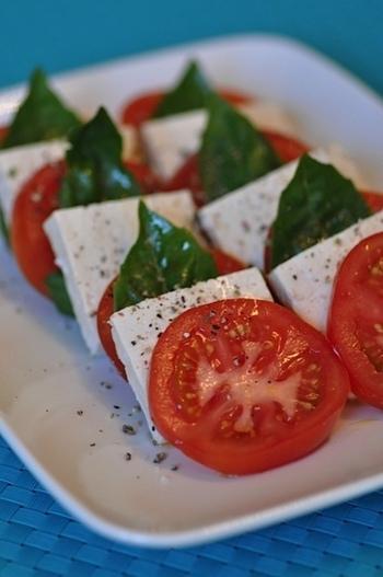 モッツァレラチーズでつくるカプレーゼですが、塩麹豆腐がモッツァレラチーズの代わりにぴったりなんです!塩麹豆腐の漬け期間はお好みですが、長い期間漬け込む程まろやかな味わいに。