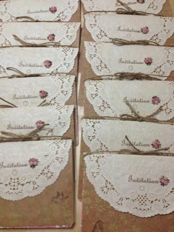 蠟引きしたクラフト紙と紅茶染めのレースペーパーを使った手作りの招待状。
