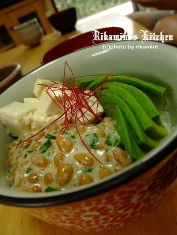 丼ぶりにご飯を入れ、納豆、アボカド、塩麹豆腐をトッピングするだけのお手軽丼!簡単なのに栄養満点です。食欲の無い時にもおすすめ!
