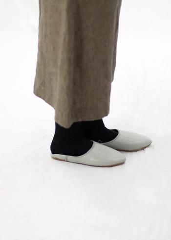 羊皮で作られたバブーシュはとても柔らかく、足にフィットするのでとても歩きやすい作りになっています。自然な履き心地で、履いている事も忘れてしまいそうなほど。履きこむごとに足に馴染む、経年変化も楽しめるアイテムです。