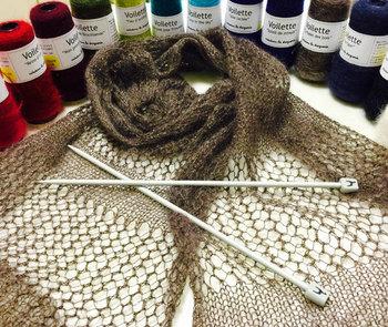 色あいがとってもきれいな毛糸。 フランスっぽい鮮やかな色のものから、落ちついたカラーまで。  少量ずつ買えるのでちょっとお試し買いをしてみて、実際に編んで風合いや色あいを確かめられるのも嬉しい。