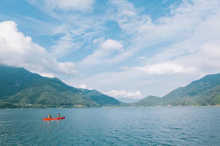 おすすめのアクティビティはモーニングカヌー。富士山を望みながら湖へ漕ぎ出せば、心がスッと洗われます。