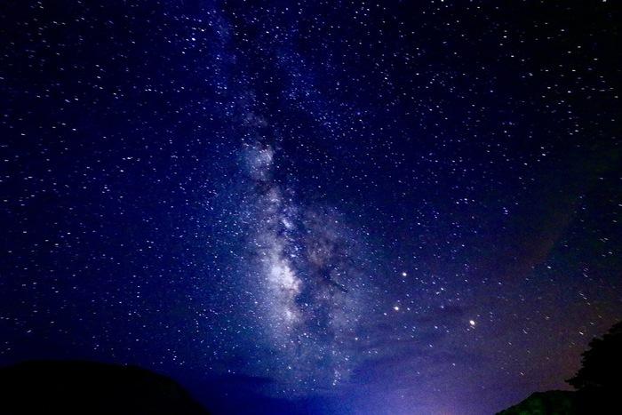 島で星空を見上げるときは、おもいきって寝転んでみるのもおすすめです。もしかしたら、目の前には天の川が広がっているかもしれません。島でしか味わえない、満天の星空を満喫してくださいね。