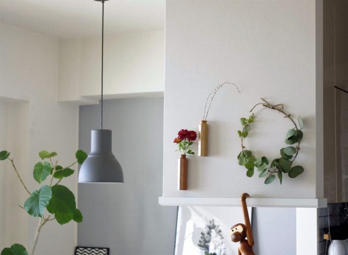 壁に飾ってあるシンプルなリースは、丸くした針金にユーカリを巻きつけていくだけなのでとっても簡単。隣には、壁付けのフラワーベースに花を飾って、ナチュラルにウォールデコレーションを楽しんでいます♪