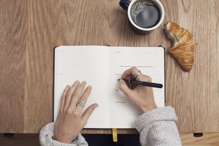 まずその日あった嫌な事やこころ模様を書き出してもOK。ただし日記の締めくくりは必ず「がんばったこと・うまくいったこと・嬉しかったこと・願い」などポジティブな言葉で締めくくることがポイント。