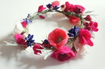 お花はパーツごとに作られています。一輪だけで使ったり、ブーケにしたり、花冠にするのも素敵です。