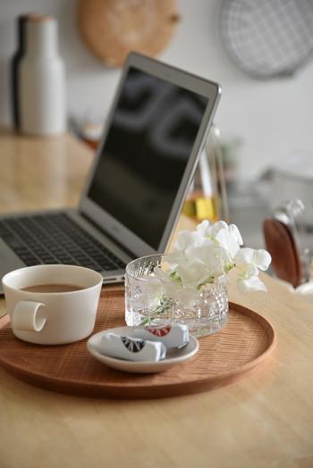 仕事や家事の合間のティータイムに、iittalaのフローラボウルにそっと花を飾って。ちょっとしたことですが、心にゆとりが生まれます。
