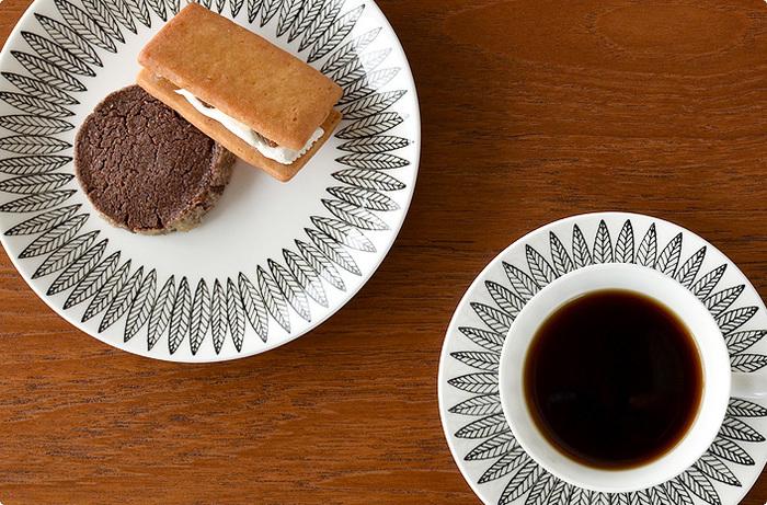 柳の葉がモチーフのSALIX(サリックス)シリーズ。シンプルなので、コーヒーの色合いが引き立ちます。テーブルを洗練された印象にしてくれる、シックなデザイン。