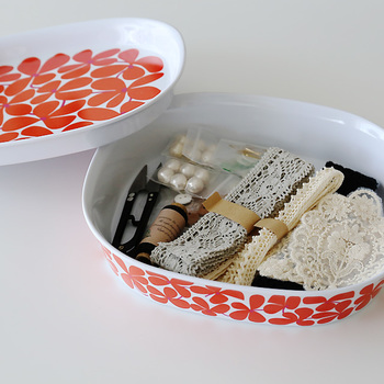 メラミン食器のBALLET(バレー/バレット)シリーズ。プレート(L)はボウル(M)の蓋として使えるので、このように小物入れにしても素敵。