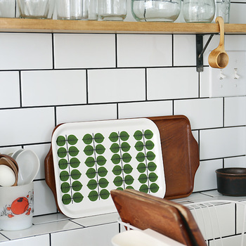 BERSAのトレイ。キッチンで見えるように立てかけておくと、インテリア的にも素敵。キッチンに北欧の風を運んでくれます。