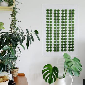 こちらはBERSAのキッチンタオル。両面テープで壁に貼れば、ポスター代わりに楽しむことができます。お部屋のグリーンとの相性もgood!