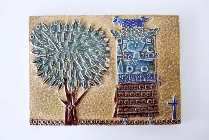 こちらはリンドベリの陶板。リンドベリが陶板を手がけることはめずらしく、希少価値が高い作品となっています。かわいらしくデフォルメされた樹木と女性の楽しげなデザインなので、棚に置いたり、壁に飾ったりするとお部屋を明るい雰囲気にしてくれそうです。