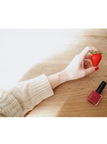 長い爪はどんな色でも派手な印象を与えがち。華やかでネイルアートも映えますが、普段使いで赤ネイルを取り入れたい時には短めの爪がおすすめです。コロンとした可愛らしい雰囲気に仕上がりますよ。