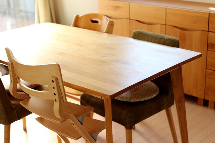 オイルでメンテナンスをしながら4年ほど使ったダイニングテーブルです。なめらかな輝きがじんわりと心に染みわたります。メンテナンスをする姿を見ることで、家族も大切に使ってくれるようになりますよ。