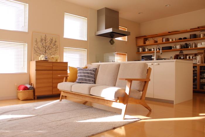 オークの無垢材がフレームになったソファは、木目がナチュラルでとてもきれいです。ひとつひとつ木目の出方が違うので、世界にひとつだけの家具になるというのも素敵なポイントです。