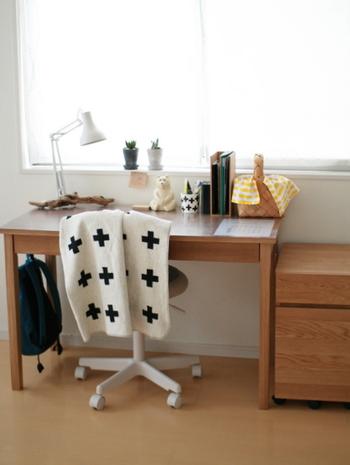 無印良品のオーク材のデスクです。リビングに置いてもナチュラルに馴染む勉強机なので、家族が温かく見守る空間を作り出してくれます。