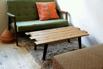 こちらのローテーブルは表面にコーティングをしていないので、本来の木が持つ木目そのものを味わうことができます。ひとつでも存在感のあるローテーブルですね。