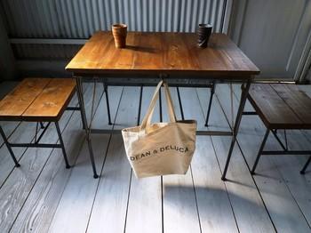 無垢材を使ったカフェ風のテーブルです。手触りの良さを楽しめるのは無垢材ならではです。