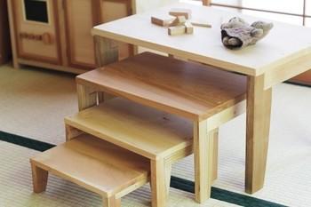 芯材にベニヤや板を貼り付けた突板家具は、何度も触れることで貼り付けた板がはがれてくることも。無垢材でできた家具なら、すり減ることはあってもはがれてしまうようなことはありません。