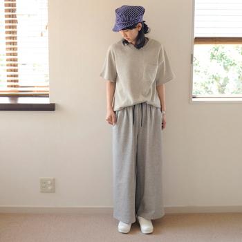 表面がスエードのようになめらかな加工を施したスエット素材は、普通のスエットパンツよりも上質で大人の着こなしができるアイテム。日常着はもちろん、お出かけ用にしても素敵ですよ。