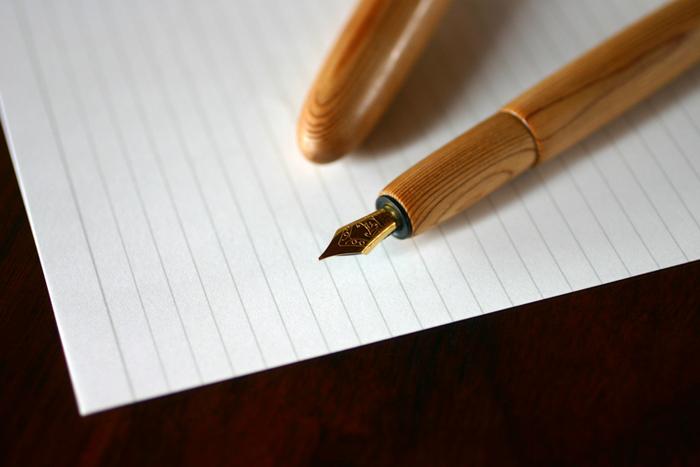 プチプラもいいけど、せっかく新しいことを始めるのだから、ちょっと贅沢な万年筆に挑戦してみませんか?平井木工挽物所の「屋久杉の万年筆」は、職人さんが轆轤(ろくろ)を使って1本1本手作りしている木製のペンです。