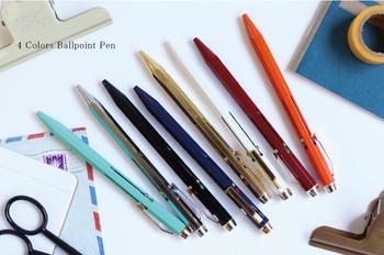 勉強や仕事のマストアイテムでもある4色ボールペンも、イタリア産ならこんなにスタイリッシュ。スチール製のボディは九角形で、鉛筆のように安定して、使い心地もバツグンです。