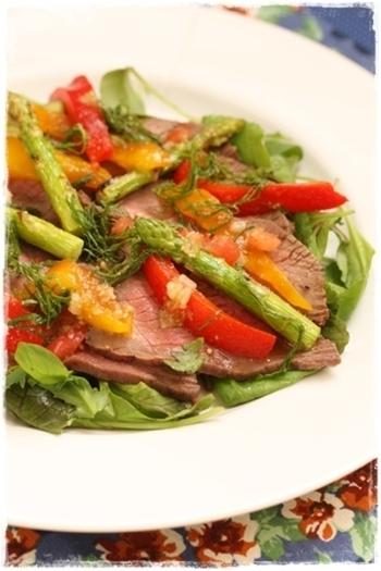 見た目にも美しいローストビーフと野菜の組み合わせ。 このままローストビーフで野菜をくるんで食べるのもおすすめです♪