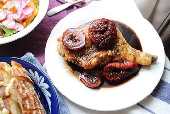甘酸っぱい味がローストビーフとの相性抜群のフルーツバルサミコソースのレシピです。ローストビーフだけでなくチキンにもピッタリ♪