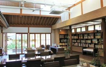 こちらは、開放感あふれる談話室。敷地内にはバーラウンジ、ワンちゃんと楽しめる「ドッグラン」も備わっています。