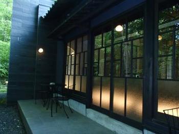 離れの建物は、古民家を移築した部屋・日本家屋・洋館など実にさまざま。それぞれの棟は、程よい距離で設置されています。プライベートが、しっかり確保されているのも嬉しいですね。