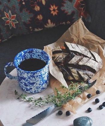 パンとコーヒーだけでも、琺瑯カップで飲めばごちそう気分になれそう。