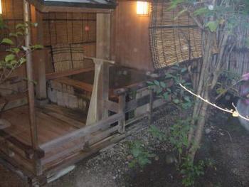 田乃倉の温泉は、全て敷地内から湧き出ています。湯量が豊富なので、大浴場のお湯は源泉かけ流しです。お部屋の露天風呂でゆったり優雅な時間を過ごすものおすすめ。