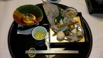 田乃倉では、夕食・朝食ともにお部屋で味わう事が出来ます。旬の素材を生かした、本格的な日本料理が並びます。大分特産「豊後牛」や「関アジ・関サバ」…新鮮な地元の味を、お部屋でゆっくりとご堪能下さい。