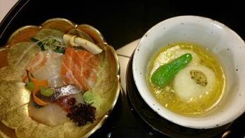朝食も、もちろんお部屋でゆったりと。手作り豆腐や新鮮野菜、体に優しい和食がテーブル一杯に並びます。