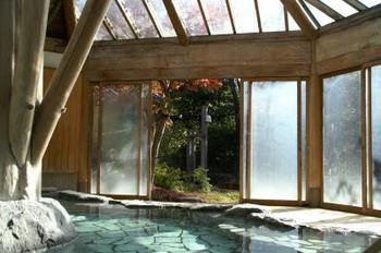庭園の中にある大浴場も、開放感たっぷり。天然掛け流しのお湯を、心行くまで堪能できます。