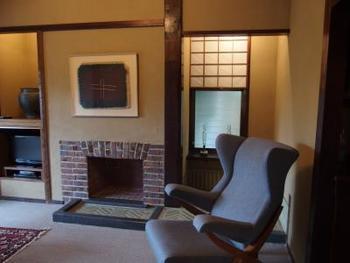 どの客室にも、建物と調和した家具や美術品が配置されています。広々とした造りは、まさに癒しの空間。