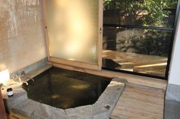 もちろん全ての客室に、温泉が備わっています。全て内風呂でありながら、露天風呂のような開放感。