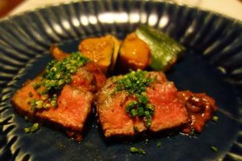 人気料理の一つが「豊後牛の五葷(ごくん)もろみ焼き」。地元の豊後牛を、5種類の香味野菜を練りこんだ「もろみ味噌」とともに頂きます。