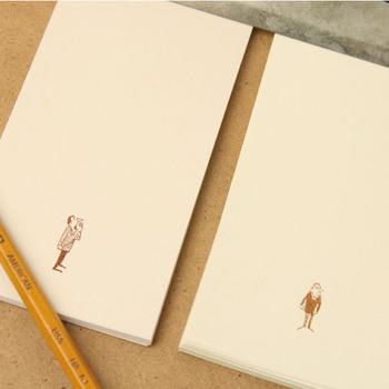 ざらっとした手触りが懐かしい、わら半紙。独特の風合いが素朴な紙に、アクセントとしてレトロな雰囲気のムッシュがプリントされた、何ともオシャレなメモです。