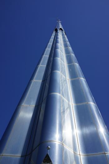 宇品波止場公園は芝生広場のほか、1989年開催の海と島の博覧会のシンボルタワー「パラダイスの塔」や旧宇品線の線路跡など、広島港の歴史を感じられる公園です。運が良ければ、1万トンバースに入港するクルーズ客船も見ることができるかもしれませんね。