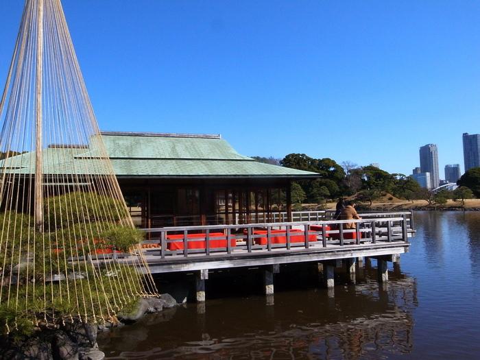 潮入の池には中島と呼ばれる島があり、風情のあるお休み処が佇んでいます。それがこちらの【中島の御茶屋】。池の水面を眺めながら一服できる、おすすめのスポットです。