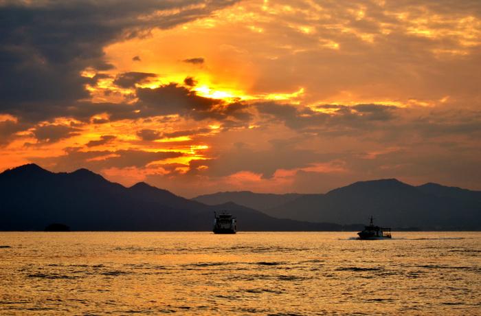 元宇品公園から見える夕日はとても美しいことも知られています。瀬戸内海に浮かぶ島々をバックに、夕日をぼーっと眺めているだけで癒されそうですね。